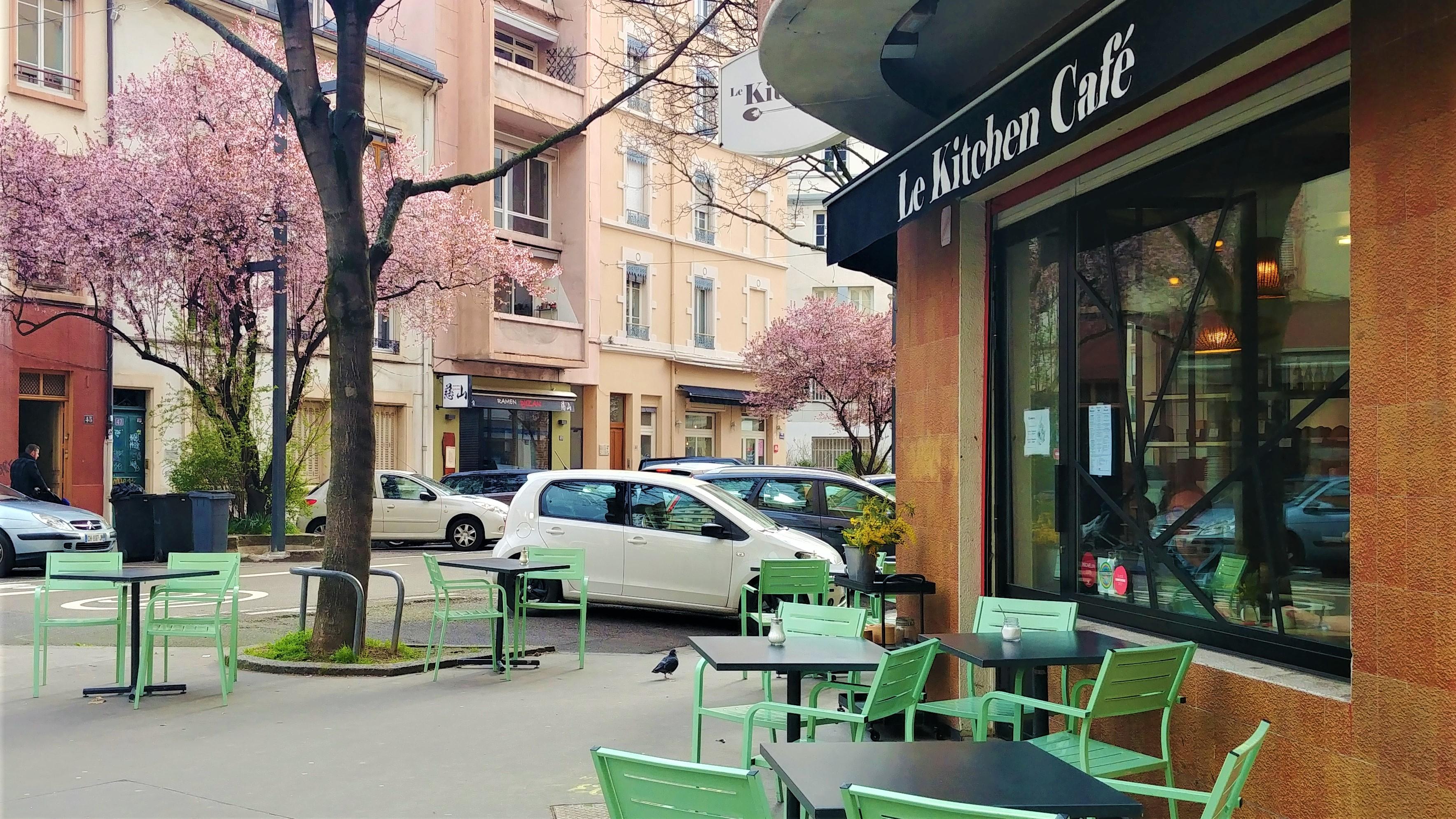 kitchen cafe lyon cerisiers fleurs guillotiere jean mace escapade blog voyage arpenter le chemin