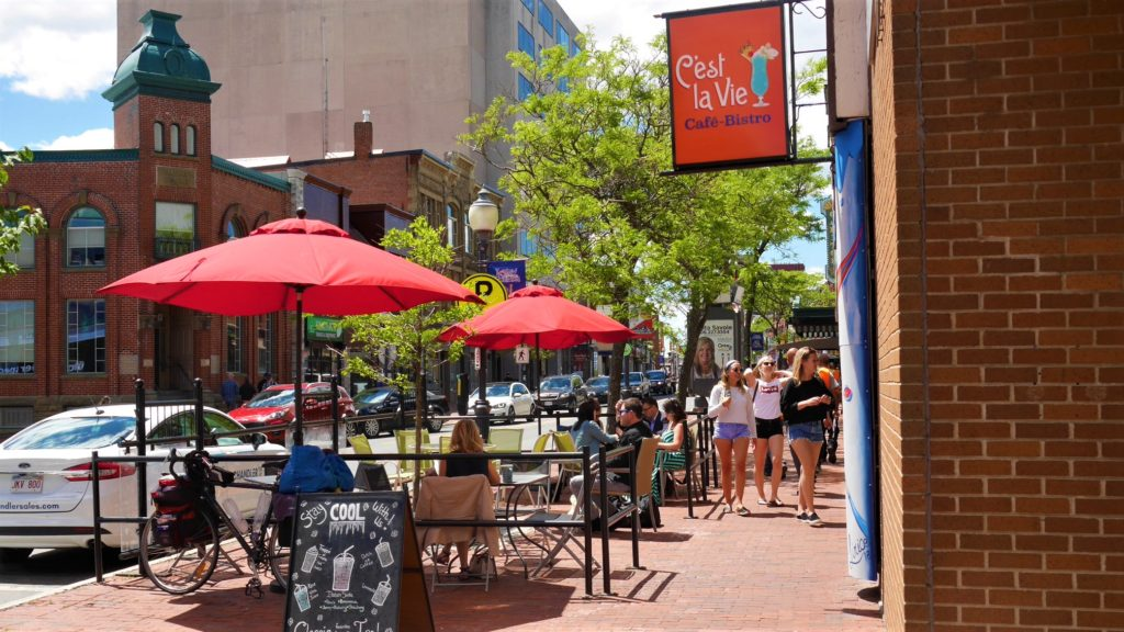 Cafe c'est la vie moncton terrasse patio centre-ville voyage