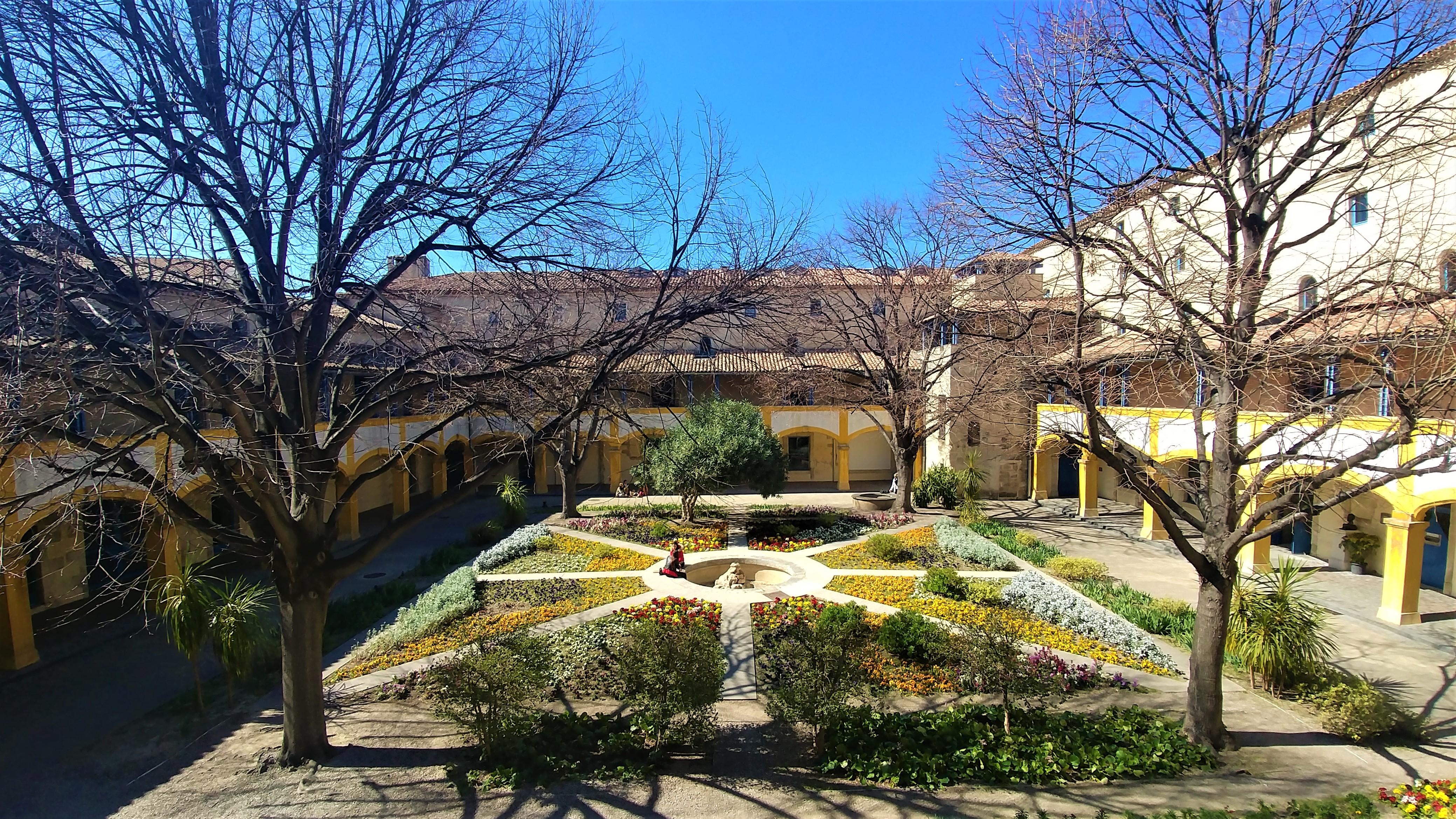 Arles Hotel-Dieu espace van gogh blog voyage provence arpenter le chemin