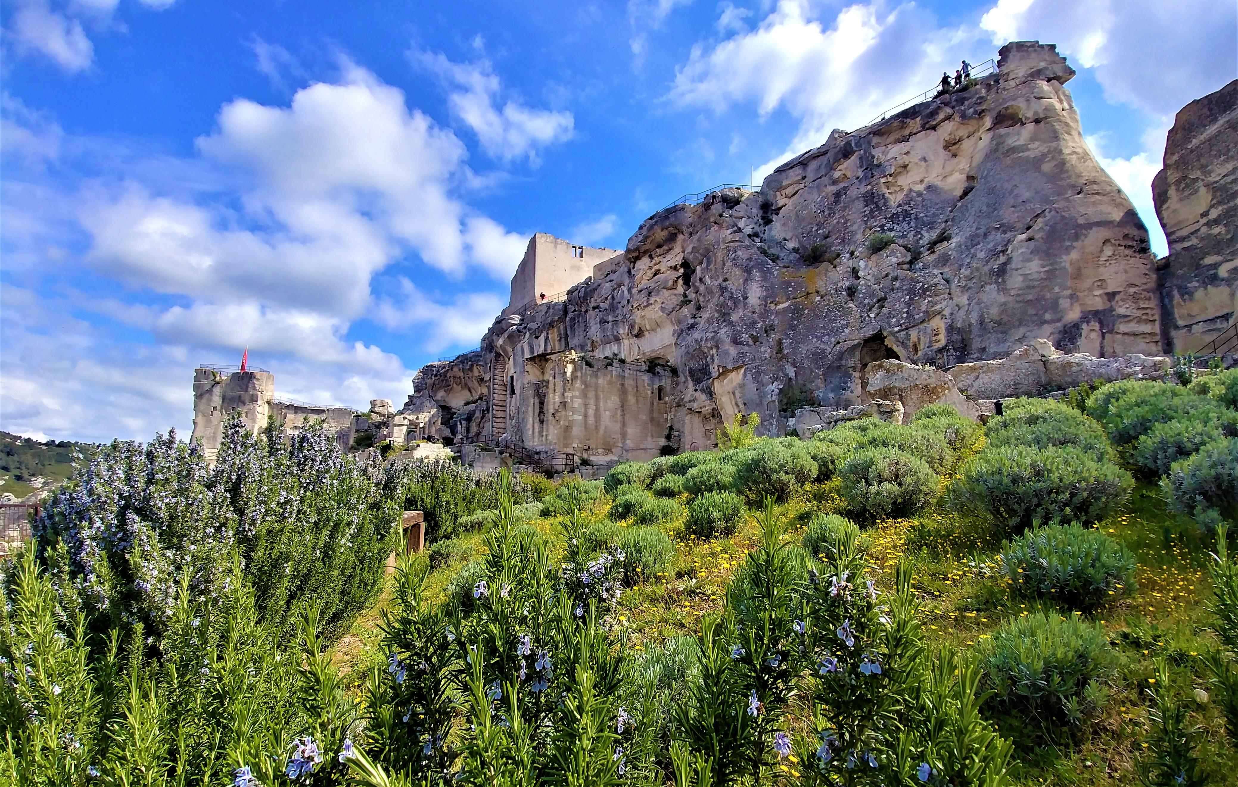 Baux de provence visiter chateau village medival printemps blog voyage france arpenter le chemin