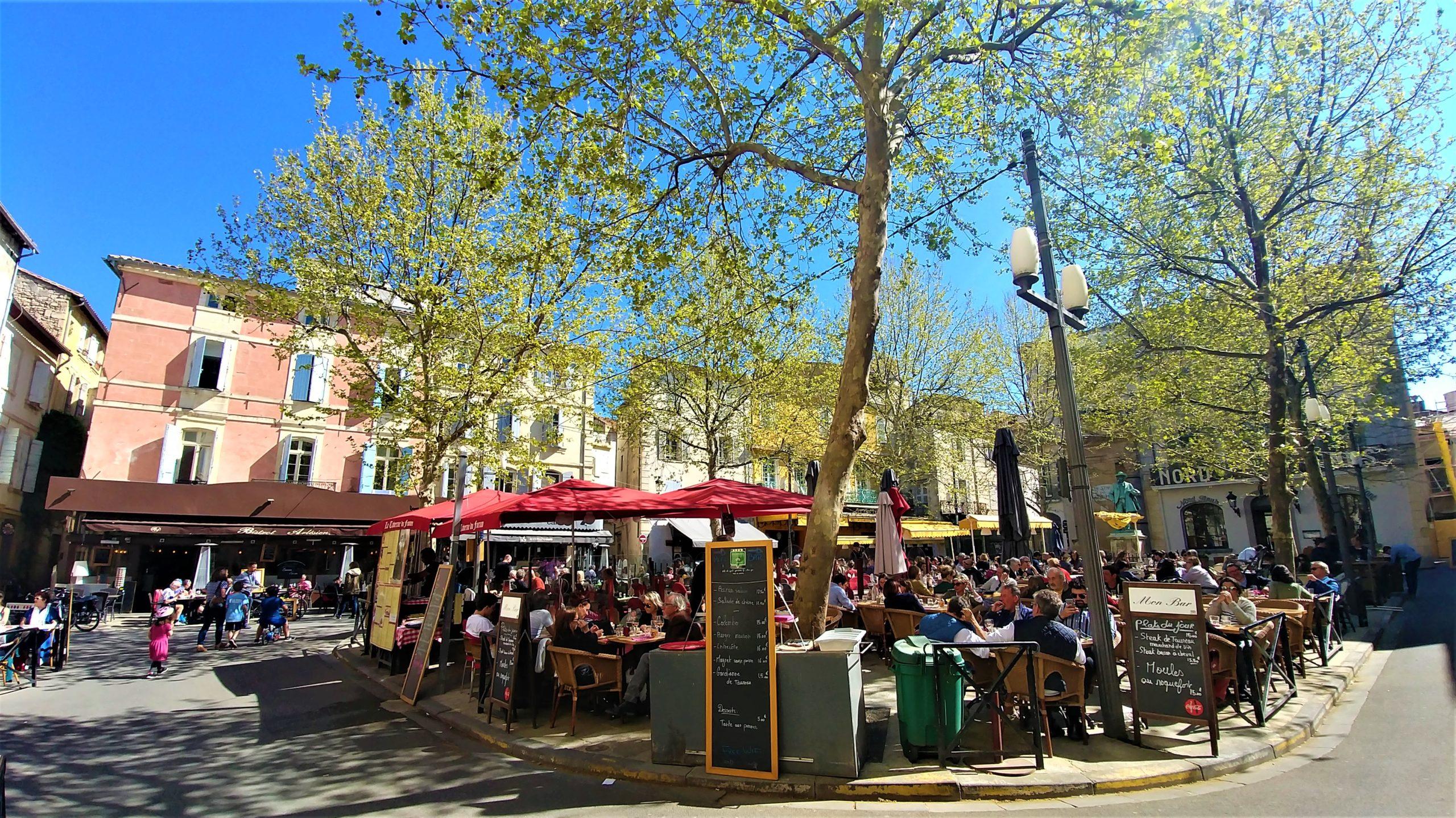 Arles place du Forum Van Gogh où manger infos pratiques