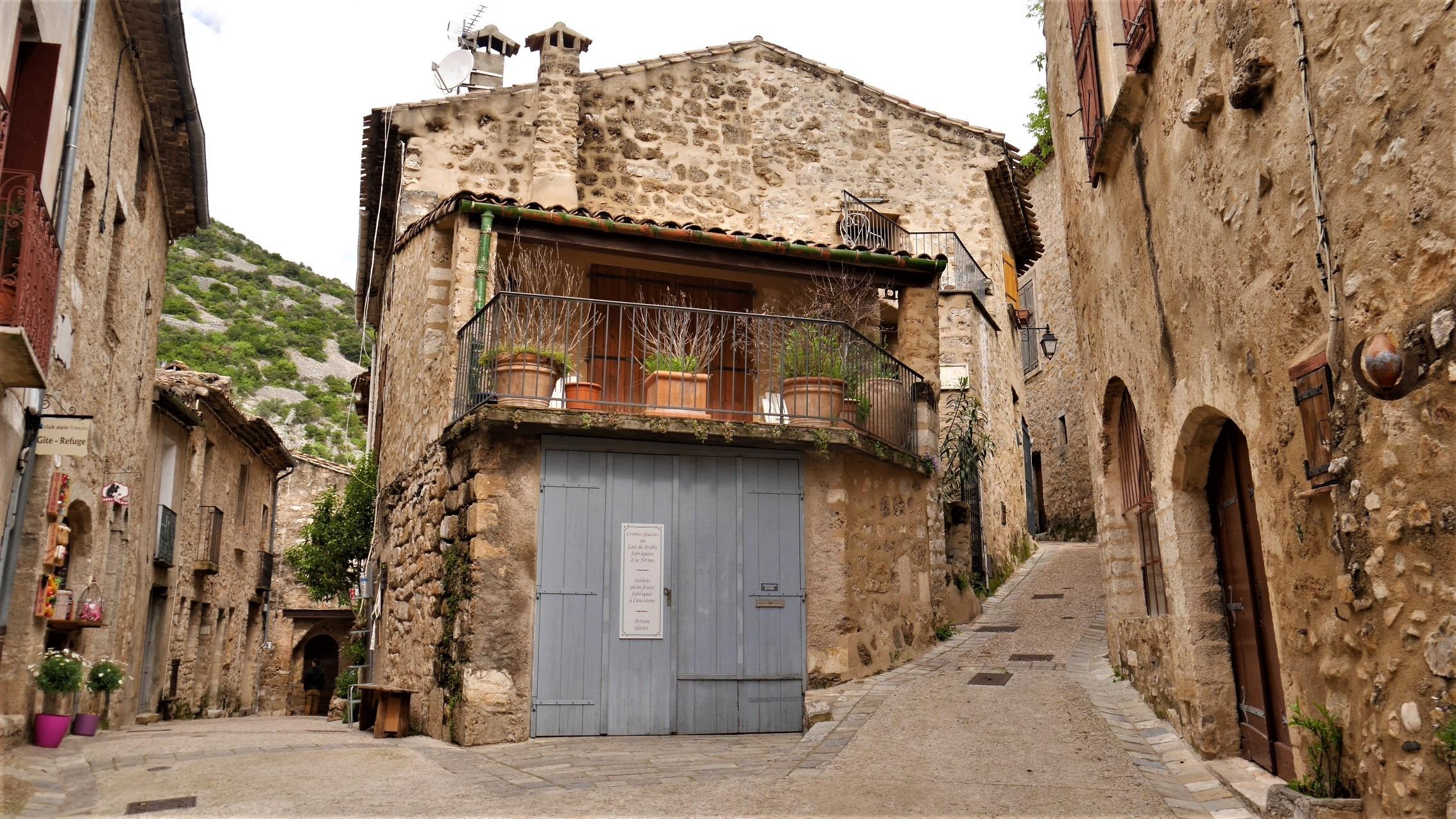 Saint Guilhem Desert Herault Languedoc village historique compostelle blog voyage france arpenter le chemin
