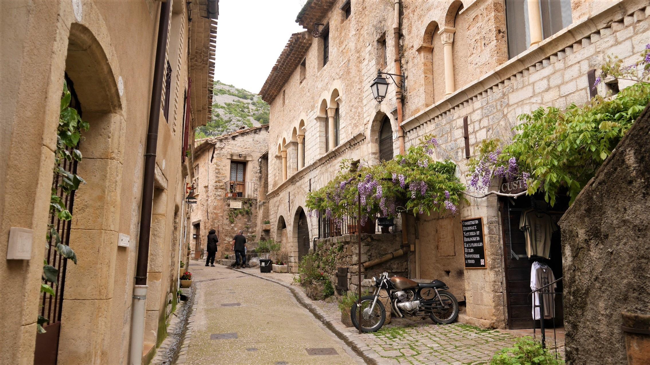 Saint-Guilhem le desert herault village prefere français blog voyage arpenter le chemin